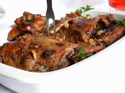 Ingrediente :jumate miel portionat5 linguri untura1 capatana usturoislanina afumata (sau kaizer )750 ml supa de carne pui (putem folosi si supa de oase , sau supa preparata din cubulete)500 ml vin demisecsare,piper,rozmarin,oregano Preparare :Mielul il portionam si cu varful unui cutit facem mici incizii cat mai dese in bucatile de carne in care vom introduce