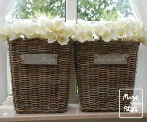 Witte bloemen in houten mandjes op vensterbank
