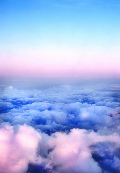 Cielo azul con toques morados