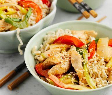I den här kycklingwoken samsas många ingredienser som tillsammans blir en utmärkt smakkombination med mycket inspiration från Centralasien. Det är chiliblandningen som ihop med soja och ingefära ger den rätta karaktären. Koka nudlarna enligt anvisning och du har ett perfekt tillbehör.
