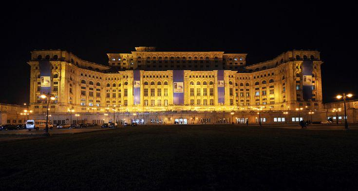 Palatul Parlementului este iluminat în timpul desfăşurării summitului NATO, în Bucureşti, sâmbătă, 2 aprilie 2008. (  Eric Feferberg / AFP  ) - See more at: http://zoom.mediafax.ro/travel/palatul-parlamentului-12828303#sthash.Usjh8v5j.dpuf