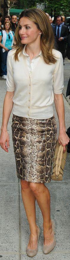Rainha Letizia de Espanha de saia imitação (?) de pele de cobra.