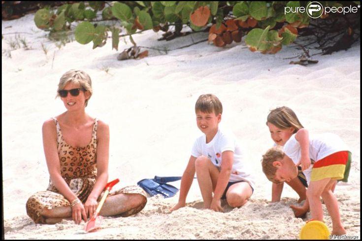 La princesse Diana avec les princes Harry et William sur une plage des Îles Vierges en avril 1990