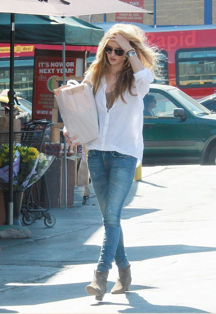 Skinny jeans, beige ankle boots, white button-up shirt. Simple.