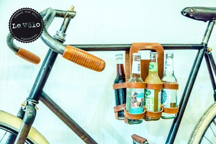 Hochwertiger Flaschträger: In Hamburg handgefertigter Flaschenträger aus 100% Leder. Zur Befestigung an der Mittelstange oder am Gepäckträger. Für 6 Flaschen. Mit Druckknöpfen können die beiden Seiten verbunden werden und der Träge sitzt somit sicher an der Stange oder in der Hand. Praktisch für jeden Ausflug mit eurem Fahrrad.