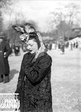 1941 street fashion - woman at the horse races in Paris (how she's styled her head scarf is amazing!). #vintage #1940s #fashion