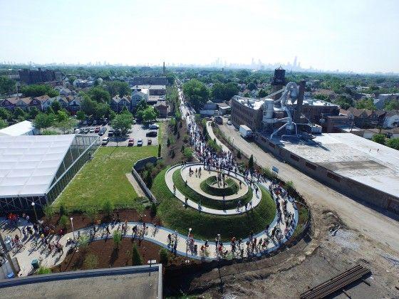 606, the Bloomingdale Trail,  la nouvelle piste cyclable et piétonne à Chicago. Les joggeurs, planchistes, piétons, poussettes et cyclistes peuvent utiliser la nouvelle voie surélevée, longue de plusieurs kms, ancienne voie ferrée , la nouvelle piste rassemble les quartiers qu'elle croise et créer des espaces de rassemblements et de transit sécuritaires.