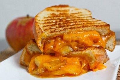 Sándwich de manzana caramelizada con queso chedar