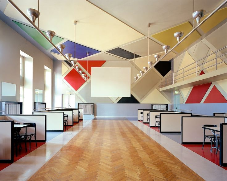 De Stijl - Bar Aubette, Strasbourg - Theo van Doesburg Apparition du 2nd type d'intérieur (Oud et vD) : une abolition visuelle de l'architecture par la peinture, d'où l'utilisation de l'oblique, camoufler l'ossature.