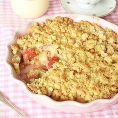 Smulpaj med rabarber och jordgubbar är en ljuvlig kombination! Den syrliga, lite sura rabarbern passar perfekt med jordgubbarna.