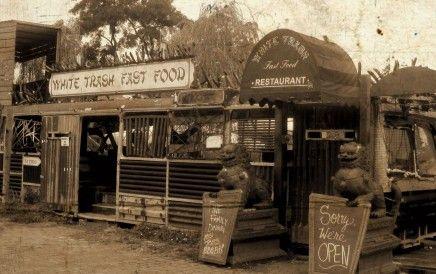 •White Trash Fast Food, hier eet je lekker fastfood terwijl een geinig (rock)bandje de muzikale omlijsting verzorgt. Ze zijn verhuist naar Am Flutgraben 2. whitetrashfastfood.com