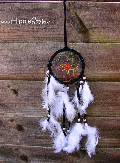 Czarny łapacz snów z kolorowymi sznureczkami