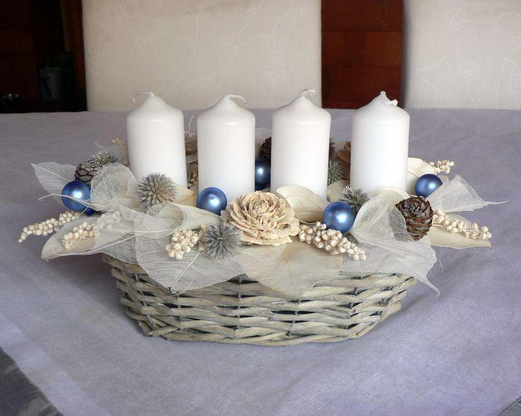 Vánoční dekorace bílo-modrá Dekorace na vánoční stůl laděna do modra.Délka 30 cm,šířka20cm.Vánoční svícen je umístěn v proutěném košíku,dozdoben adventními svíčkami kouličkami, šiškami,bodlákem,prosem a sušenými květy.