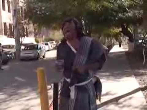 Rafael es un indigente que recorre las calles de Hermosillo imitando a J...
