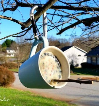 DIY bird feeder from a mug with homemade bird suet // Madáretető bögréből házi készítésű faggyútömbbel // Mindy - craft tutorial collection