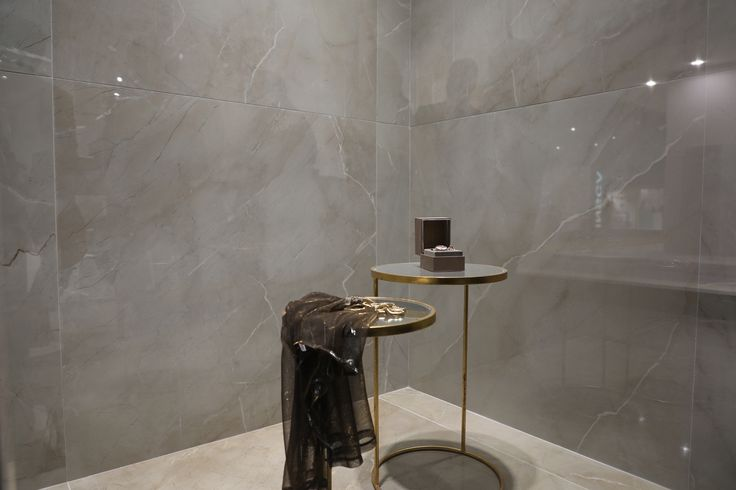 Moreover, the manufacturer showcases the brand-new marble effect Tresana and Grotto series remarkable for the large slabs of 120×120 cm never seen before in the portfolio of Pamesa.