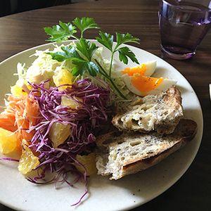 黒ごまパンと最近のムネ肉。☆☆☆ by mosnogohanさん | レシピブログ - 料理ブログのレシピ満載!  ち「自分だけパンなん?」 み「え?パンが良かったん?テニス前やから聞いてもご飯って言うと思って…」こないだ焼いた酵母の黒ごまパン、美味しかった。また食べたいナ。相方にはムネ肉のパン粉焼き。確かにパン...