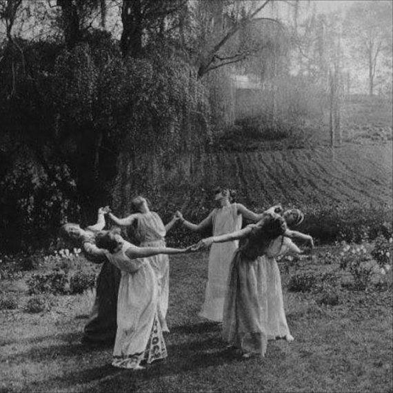 Círculo de mujeres bailando la luz de la luna bosques Prado Granja campo Brujas Wicca de Halloween Spooky Beltane Vintage fotografía victoriana Photo Print