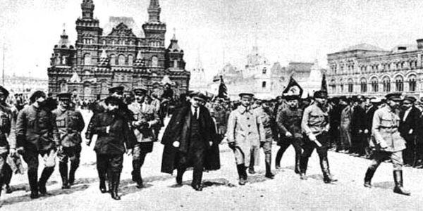Rivoluzione russa: il 16 luglio 1918 ad Ekaterinburg, i bolscevichi giustiziano lo Zar Nicola II di Russia e la sua famiglia. Attraverso materiale documentario proveniente dagli archivi zaristi, il giornalista Arrigo Levi ricostruisce le vicende della famiglia Romanov a cavallo dei due secoli.