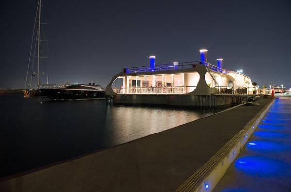 "Ploto. Στην προβλήτα ""Η"" της Μαρίνας Φλοίσβου και σε απόσταση αναπνοής από το θωρηκτό μουσείο ""Αβέρωφ"", βρίσκεται πλέον το πρώτο πλωτό ναυπήγημα στην"