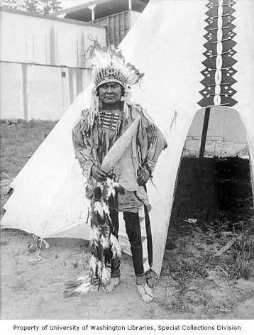 Индеец Не Персе или Уматилла в церемониальной одежде перед типи, Lewis and Clark Exposition, Портленд, Oрегон, 1905 год.
