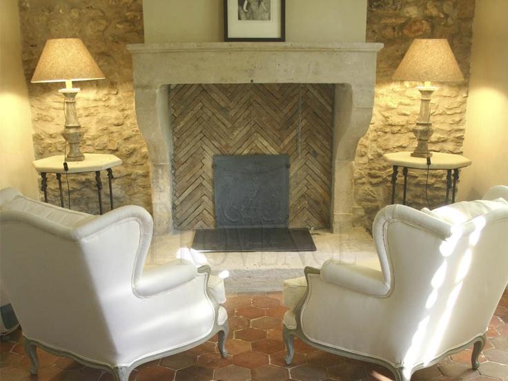 Un salotto comodo e accogliente, un buon libro e una tazza di tè...it's winter time!  (caminetto in pietra bianca di Vicenza, lavorato da Celsan Renato srl www.vicenzapietra.com)