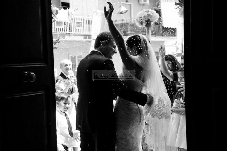 Sposi, abbracci, sorrisi. Non manca nulla alla felicità.  http://www.nozzemeravigliose.it/matrimonio/fotografo/napoli/dario-averardi-fotografo/380