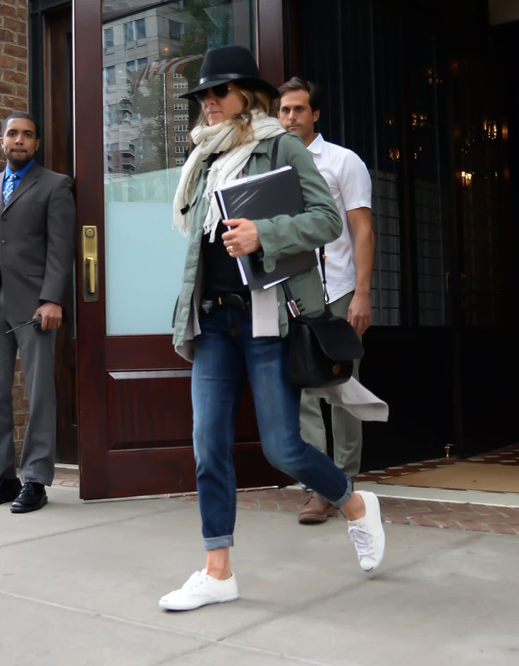With a wide brim hat, chunky scarf, and fresh white kicks, Jennifer made her denim moment so much more than...