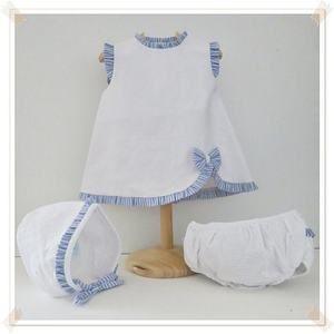 Vestido de algodón blanco con adornos, en tela de rayas azules.