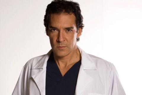 Rolando Tarajano es Javier Burgos  Médico éxitoso y reconocido