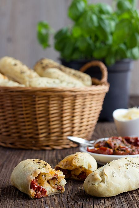 Leckere Pizzabrötchen mit drei verschiedenen Füllungen: Schinken-Käse, Salami-Käse und getrocknete Tomaten mit Mozzarella. Eine einfache Partyleckerei.