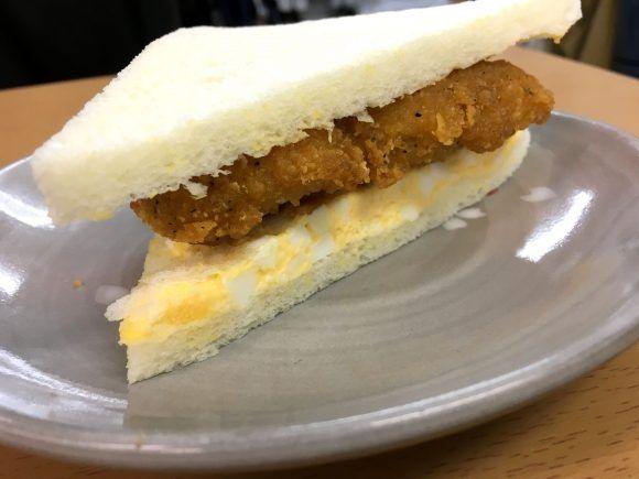 【裏ワザ】ファミマのたまごサンドにファミチキを挟んだら激ウマ! ジューシーさをパンが吸収して元から1つの商品のような味に!! | ロケットニュース24