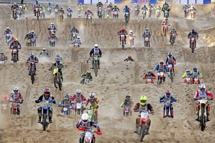 Competidores en acción durante la carrera de motocross Red Bull Knock Out celebrada en la playa de La Haya (Holanda), el 19 de noviembre de 2016.