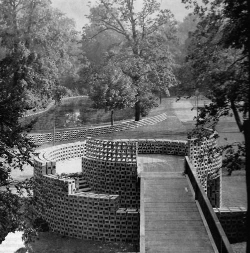 1960. W. J. Van Der JAGT    gebogen wanden in het Floridade park.