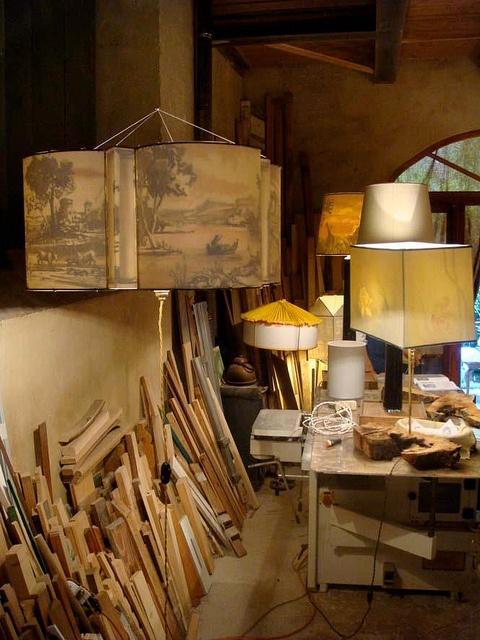 Le  Lampade Misteriose di Studio 64 ad Artigianato e Palazzo . La luce rende visibile la pittura che rimane nascosta quando la luce è spenta. #decoration #textiledesign #lamp