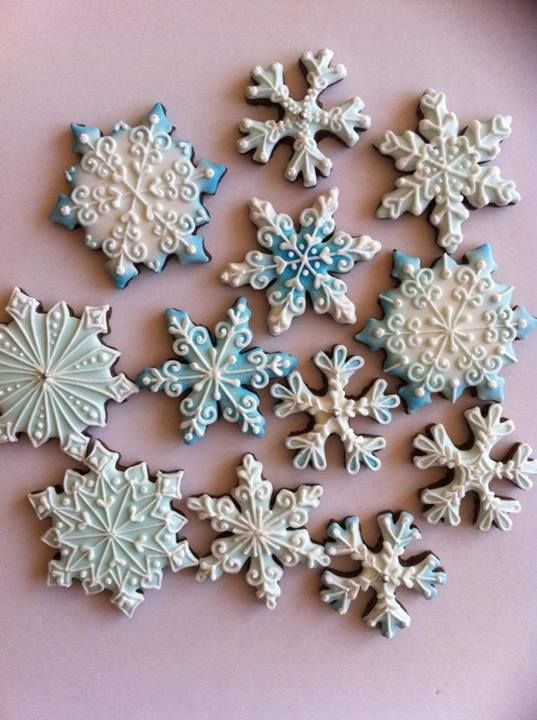 Gorgeous snowflake Christmas cookies....If only I had the patience