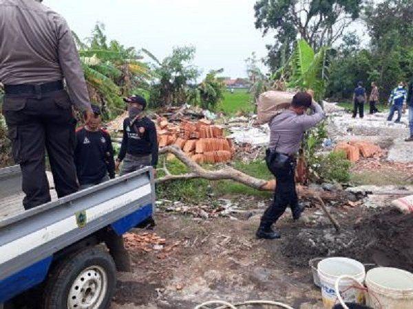 Polsek Pemalang Tetap bantu dan menemani  paska musibah angin puting beliung. Senin (08/01/2018). #polisi_indonesia  #hmspoldajateng  #humasrespemalang  #abdi_negara