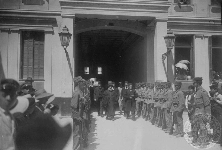 1913 Χανιά, Τούρκοι ιερωμένοι και επίσημοι προσέρχονται στην Ορθόδοξη Μητρόπολη μέσα από την μικρή γαλαρία που υπήρχε στην Χάληδων. http://blog.mantinades.gr/