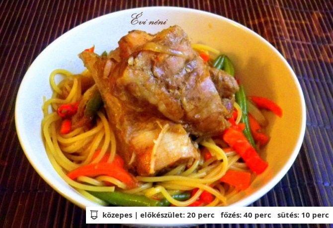Kínai sült oldalas zöldséges tésztával