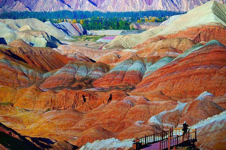 """El relieve de Danxia (""""nubes rosadas"""") forma un tipo de paisaje único en el mundo, declarado, por el... - Corbis. Texto: Redacción Traveler"""