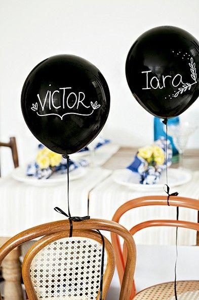 Balões pretos com caneta branca: jeito surpreendente de marcar o lugar dos convidados. Cadeiras Wish Design.   Decor