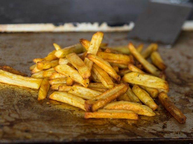 Knusprige Ofen-Pommes, Kartoffeln schneiden, dann mehrmals waschen, gut trocknen, dann würzen