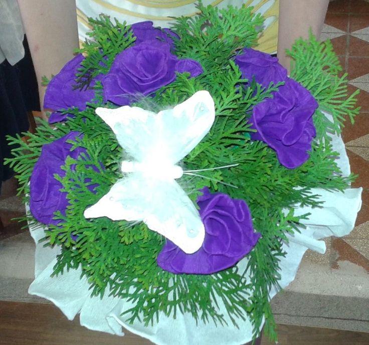 lila virágcsokor lepkével