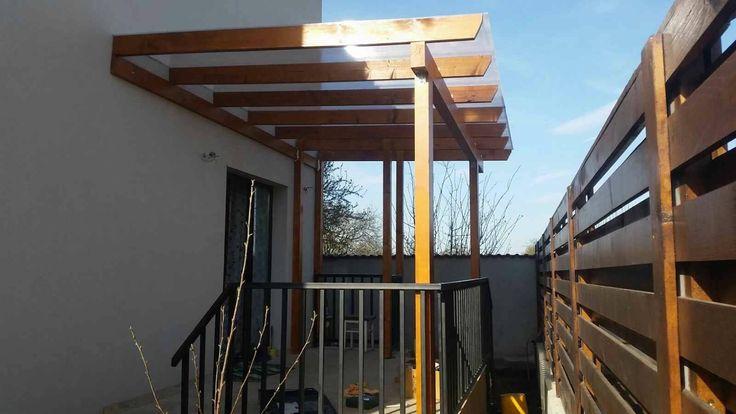 Pergola din lemn pentru intare locuinta, acoperita cu policarbonat.