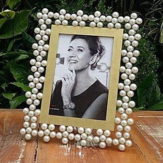 Esse porta-retrato com as pérolas formando flores é lindo demais! #portaretrato #portaretratos #foto - kantaoartdeco