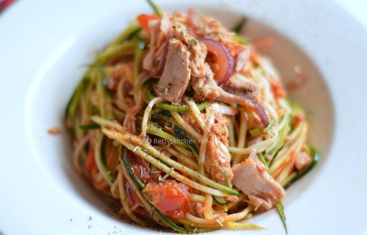 Het ziet er uit als spaghetti, maar courgetti zijn simpelweg dunne reepjes courgette. Deze courgetti met tonijn is een verantwoord alternatief op je pasta.