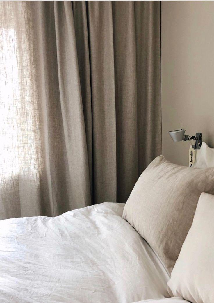 Vävda linnegardiner i färgen sand! Ser fantastiskt skönt ut hemma hos inredningsexperten Anne Paul, vi älskar hennes stil. Vad tycker ni? För mer gardininspirstion besök oss på www.gotain.com - vi gör det enkelt att beställa skräddarsydda gardiner!  #gotain #gardiner #sovrum #linnegardiner