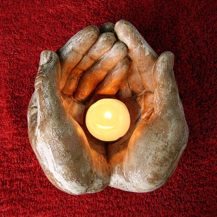 dárce světla VI. Svícen va tvaru složených rukou.Vyrobeno z kameniny a povrchově patinováno.Máte na výběr z hnědé, cihlové, žluté nebo zelené barvy.Délka 15 cm, váha 930 gr.