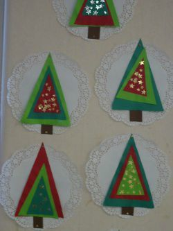 such a cute idea for a Christmas Tree craft! Three triangles for the tree! Love this idea.