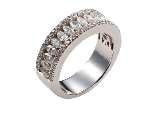 Media alianza en oro blanco con diamantes talla brillante y marquise. Joyería Romeu.